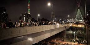 Manifestantes tomam a Ponte Estaiada durante protesto em São Paulo - Fonte: São Carlos Anonymous